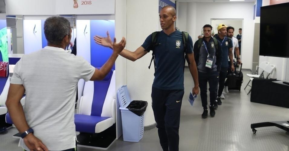 Jogadores chegam ao vestiário para a estreia da seleção brasileira
