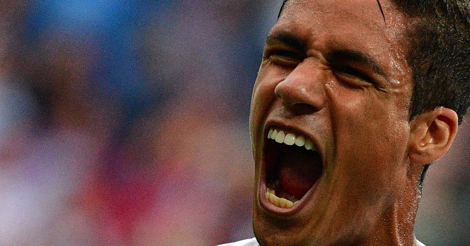 Raphael Varane, da França, celebra o gol de cabeça marcado no primeiro tempo contra o Uruguai