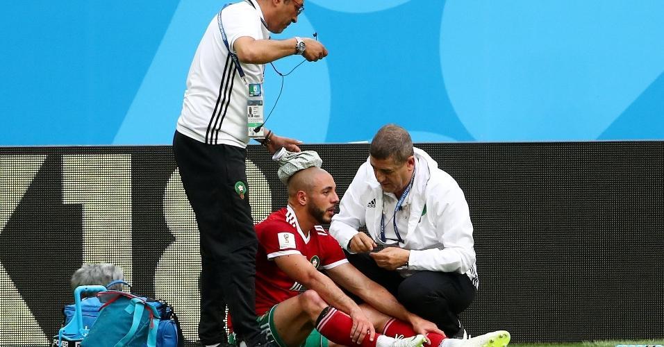 Nordin Amrabat, do Marrocos, recebe atendimento médico após choque na cabeça
