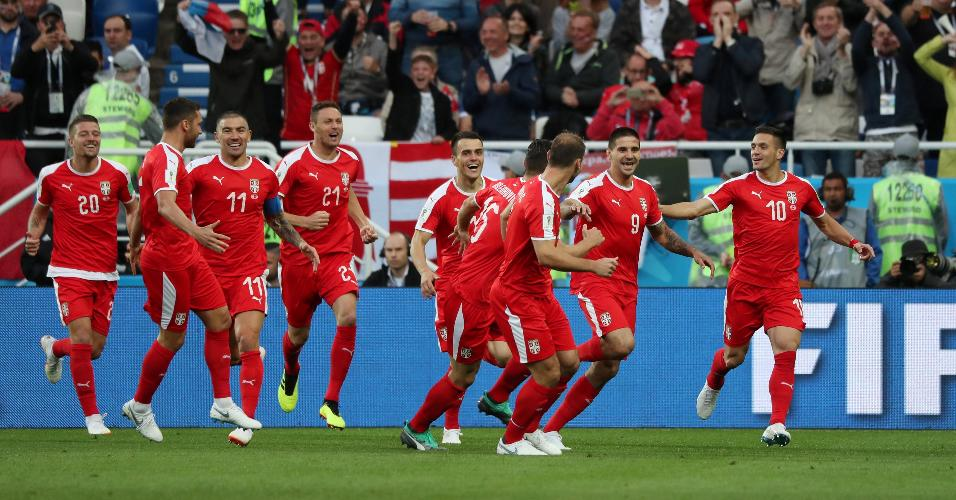Jogadores da Sérvia comemoram gol de Mitrovic contra a Suíça
