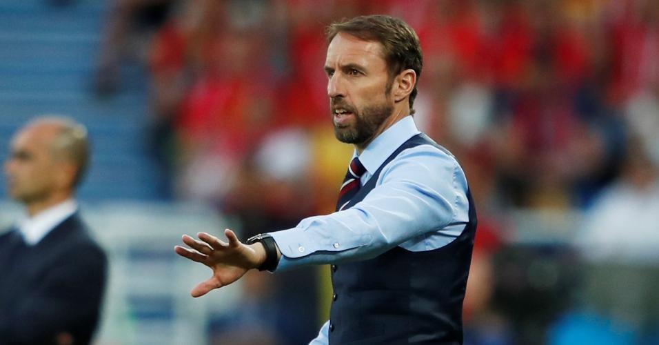 O técnico Gareth Southgate orienta os jogadores da Inglaterra em jogo encontra a Bélgica