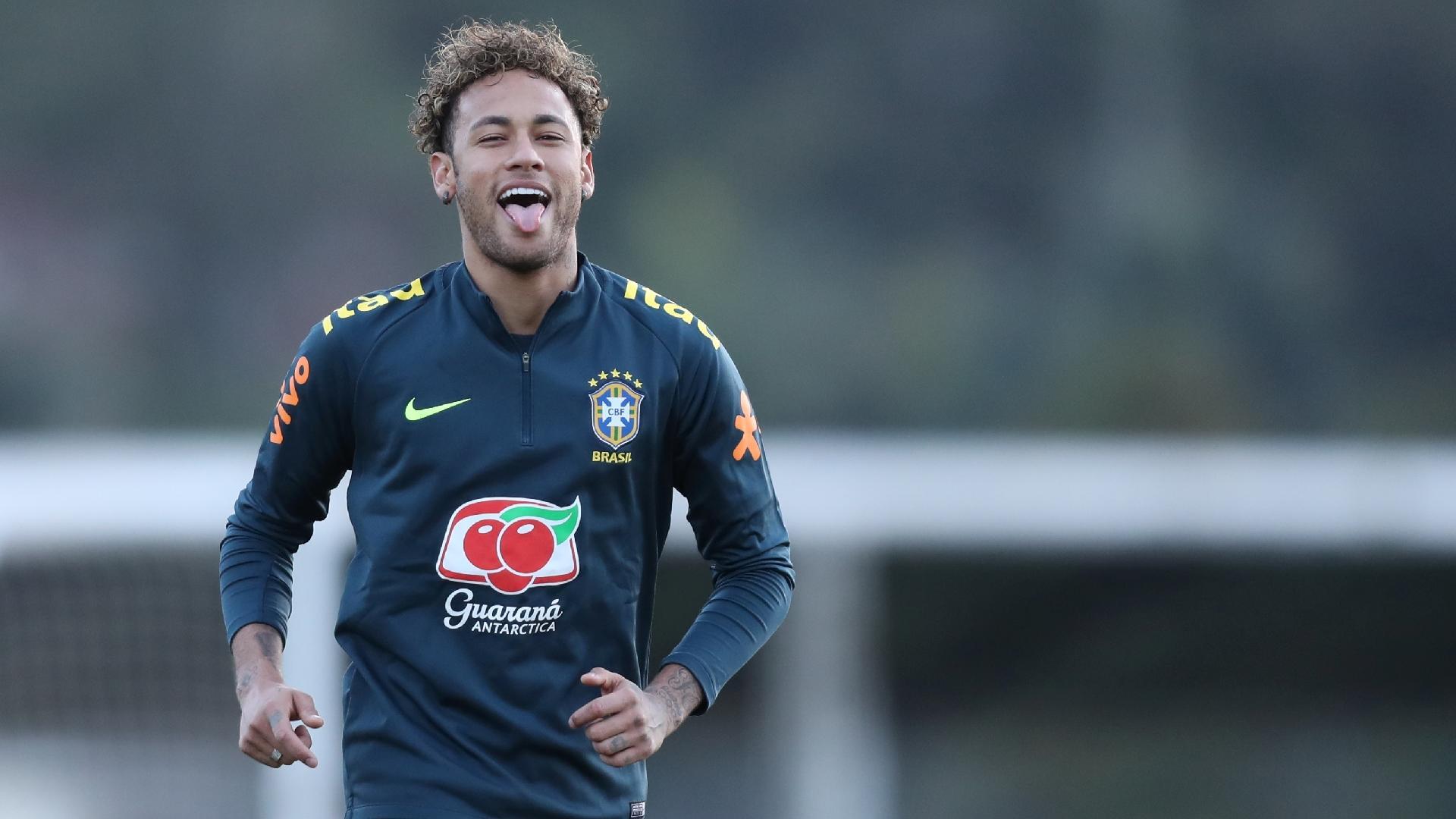 Neymar brinca durante atividade da seleção brasileira na Granja Comary