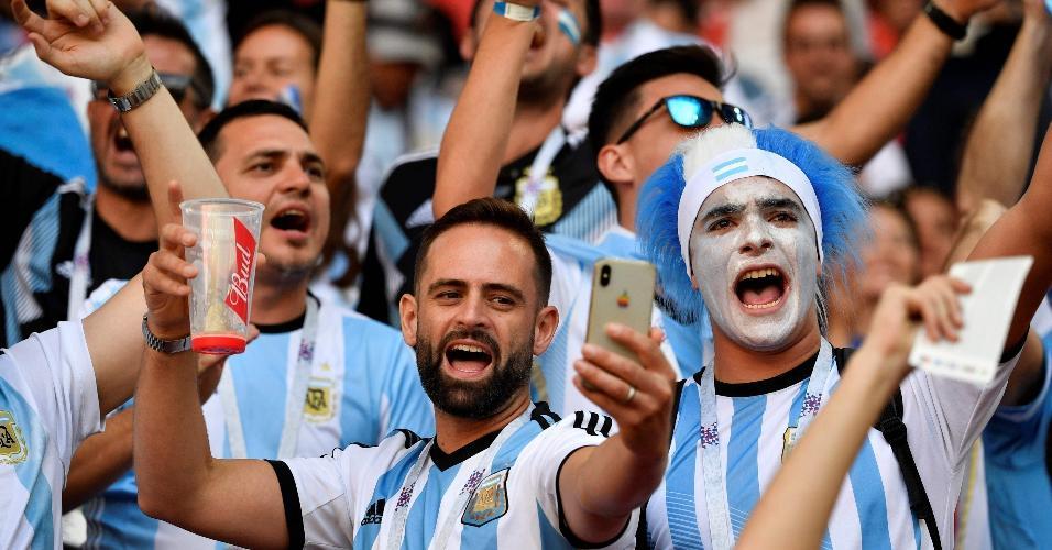 Torcedores da seleção da Argentina fazem festa no estádio Otkrytiye
