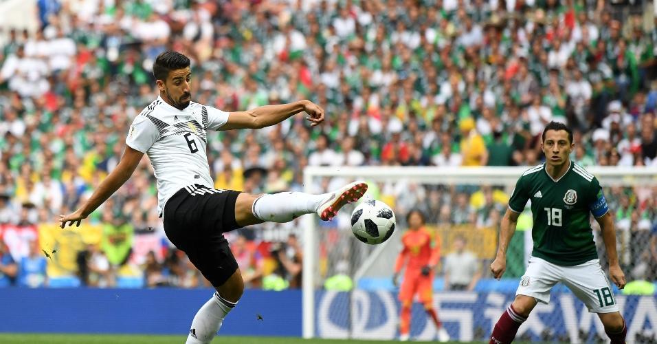 Sami Khedira, da seleção da Alemanha, tenta chute em jogo contra o México