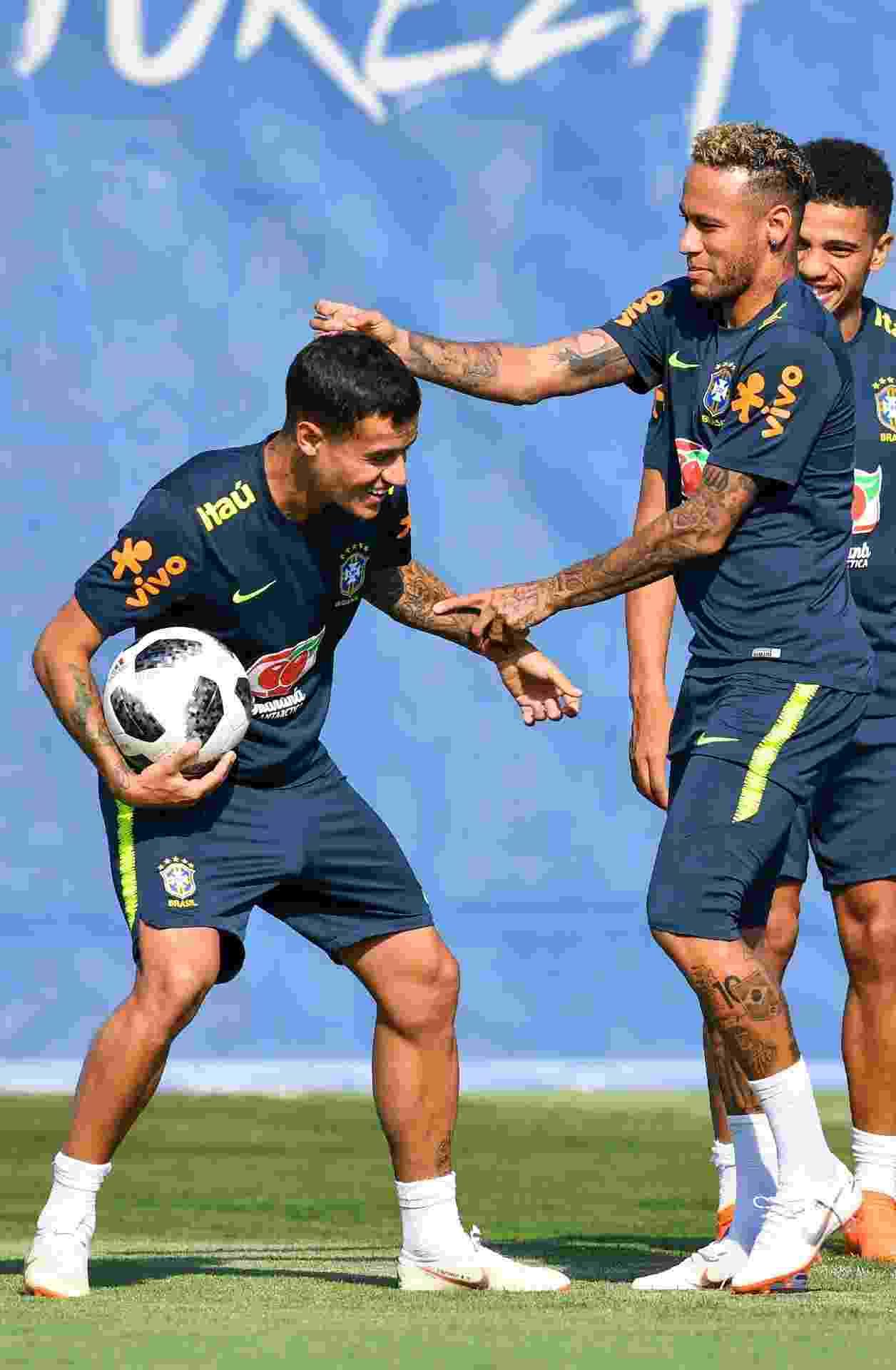 Neymar dá peteleco em Philippe Coutinho durante treino da seleção brasileira - AFP PHOTO / Nelson Almeida