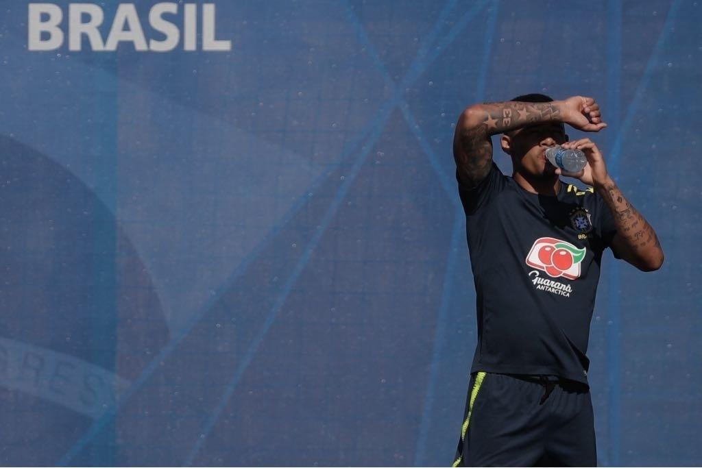 Gabriel Jesus sofre com calor de Sochi durante treino da seleção brasileira