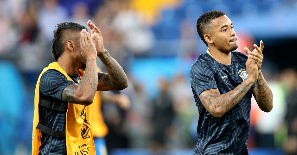 Gabriel Jesus aplaude torcida brasileira durante aquecimento