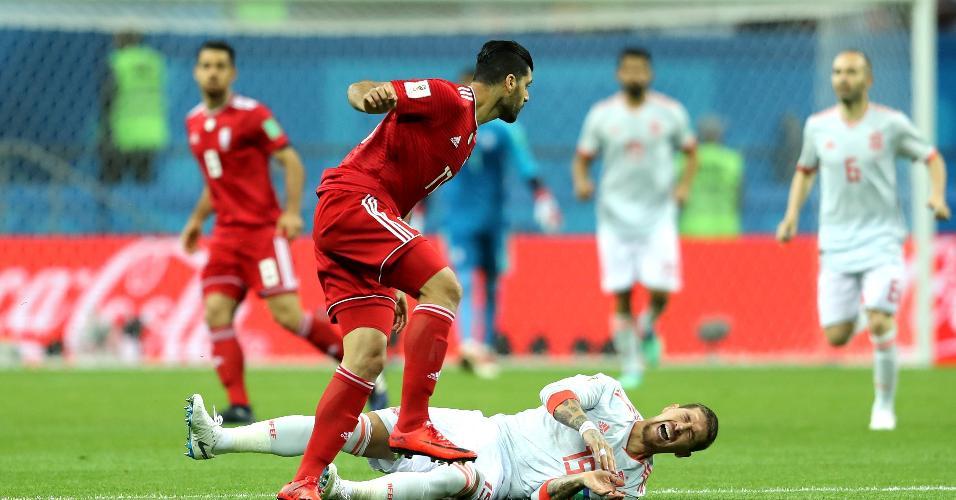 Sergio Ramos, da Espanha, fica no chão após dividida com Mehdi Taremi, do Irã