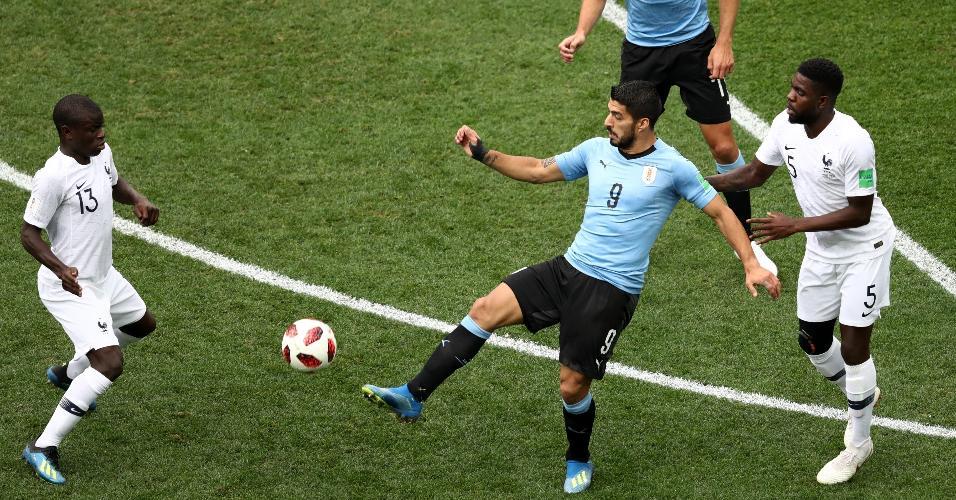Suárez tenta dominar a bola no primeiro tempo de partida Uruguai x França