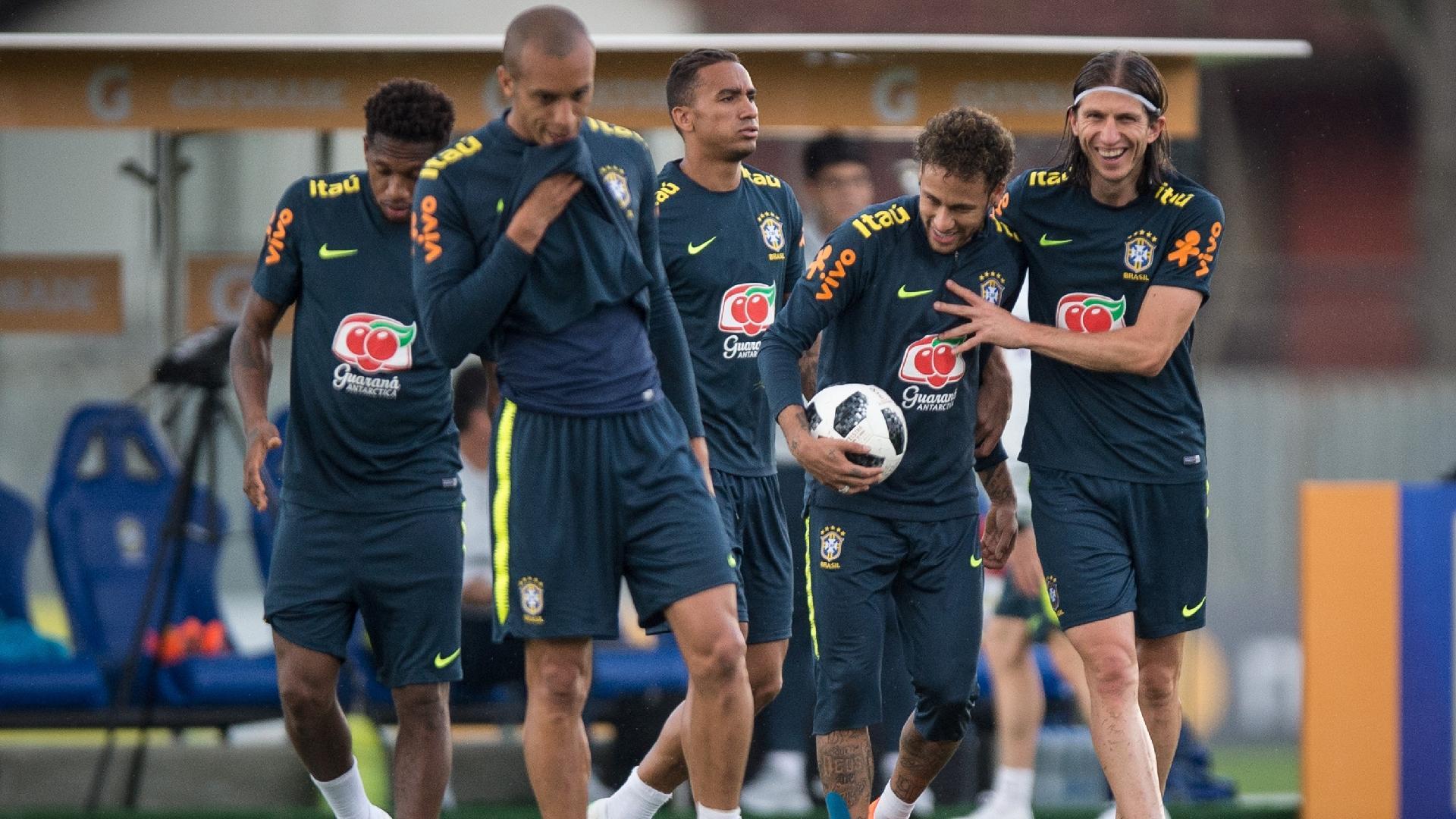 Filipe Luís brinca com Neymar durante treino aberto da seleção brasileira