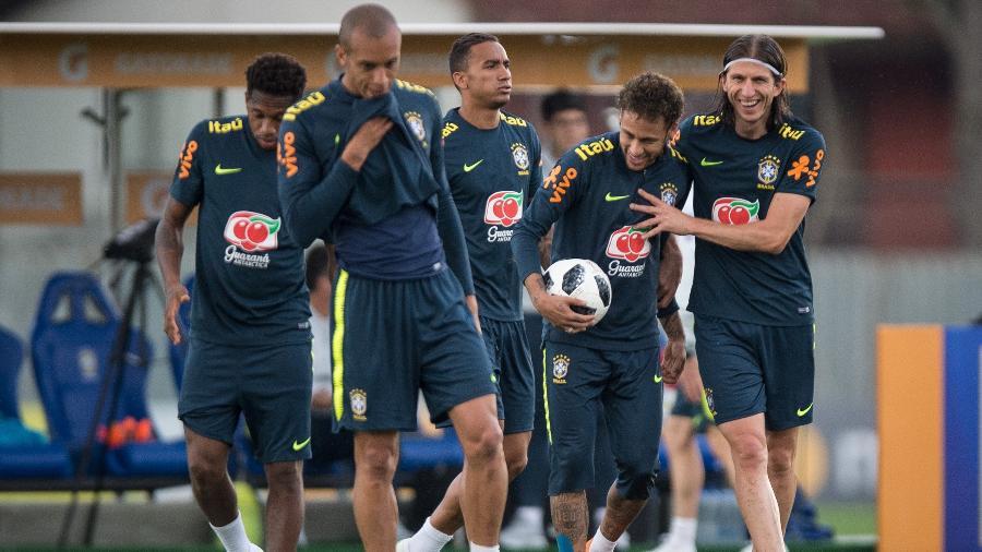 Filipe Luís brinca com Neymar durante treino aberto da seleção brasileira - Pedro Martins / MoWA Press
