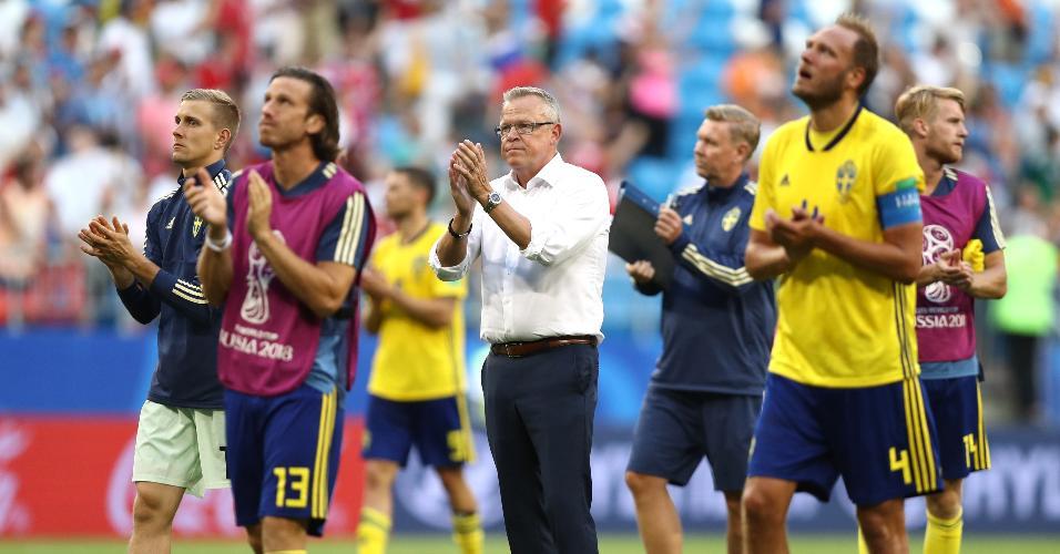 O técnico Jan Andersson e os jogadores da Suécia agradecem à torcida após a derrota por 2 a 0