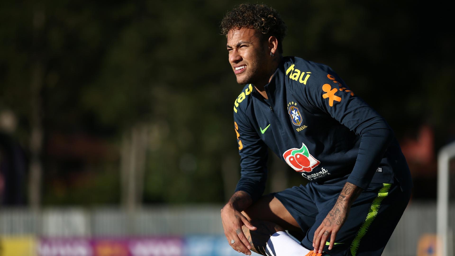 Neymar se incomoda com o sol durante treino com bola da seleção brasileira