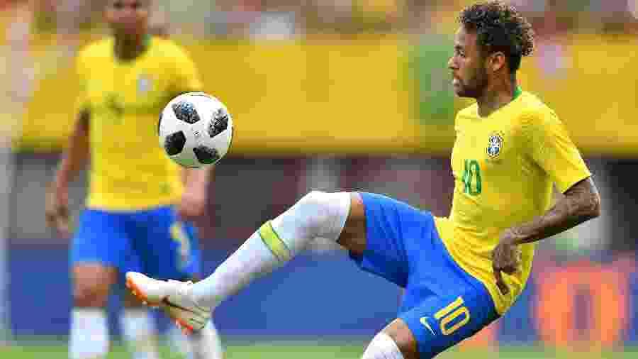 Neymar tenta dominar a bola no amistoso da seleção brasileira contra a Áustria - AFP PHOTO / JOE KLAMAR