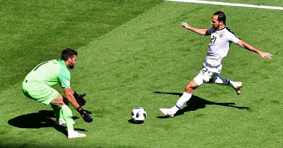 Costa Rica armou retranca na etapa inicial e apostou em contragolpes contra Alisson