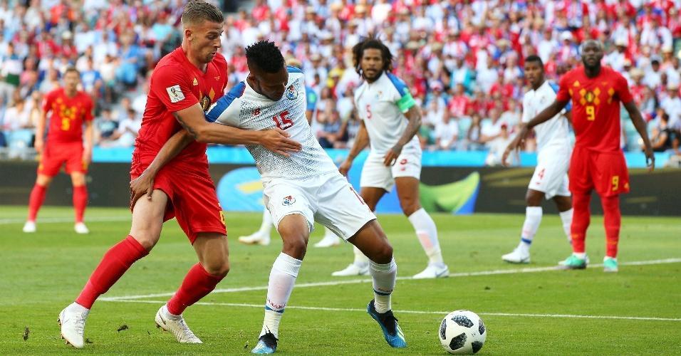 Toby Alderweireld, da Bélgica, tenta roubar bola de Eric Davis, do Panamá
