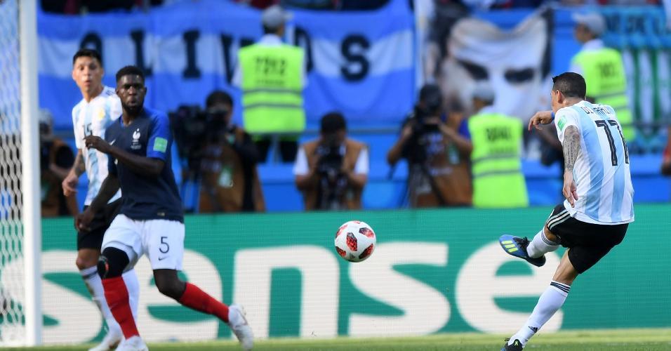 Di Maria chuta para fazer o primeiro da Argentina e empatar o jogo contra a França