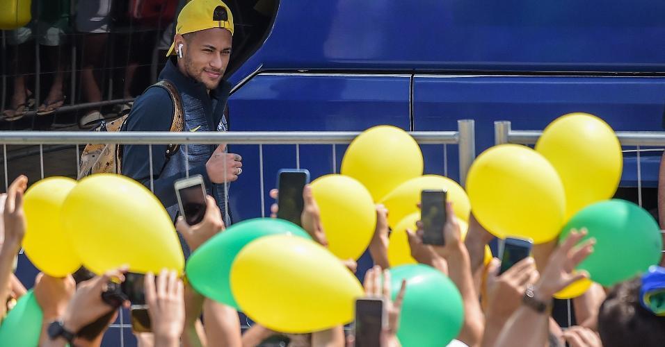 Neymar é recebido com festa pela torcida. Cerca de 500 torcedores esperaram a chegada da seleção na entrada do hotel em Kazan