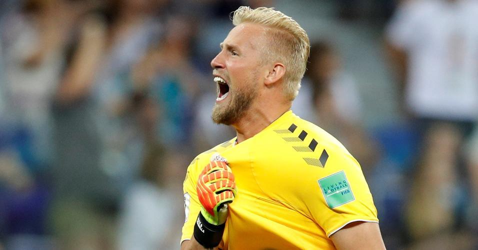 O goleiro Kasper Schmeichel comemora gol da Dinamarca contra a Croácia