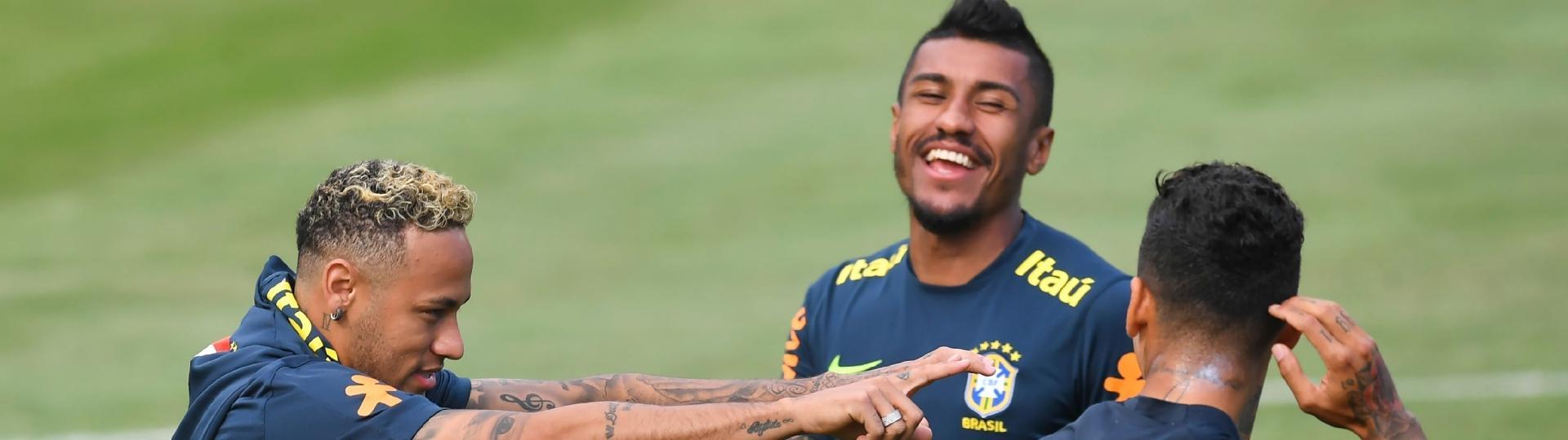 Neymar ri com Paulinho durante treino da seleção brasileira