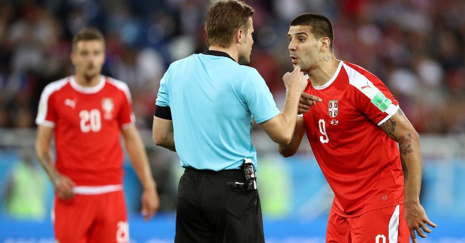 Aleksandar Mitrovic, da Sérvia, reclama com o árbitro Felix Brych sobre suposto pênalti em jogo contra a Suíça