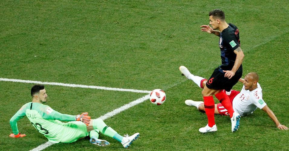 Danijel Subasic, goleiro da Croácia, evita gol da Dinamarca após chute de Martin Braithwaite
