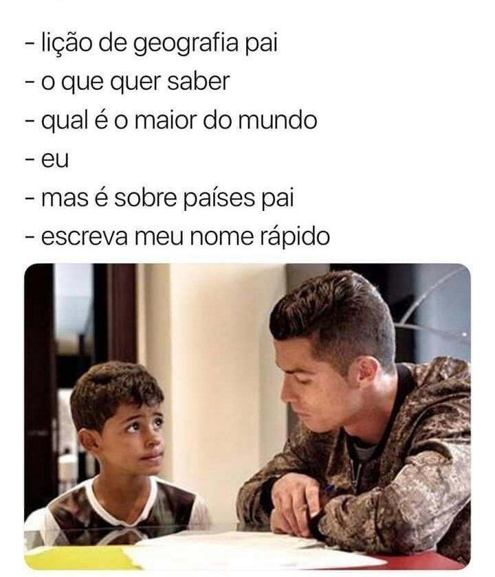 Cristiano Ronaldo ajudando o filho na lição de casa