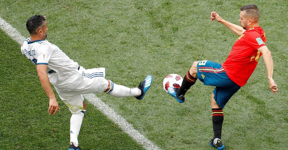 Alexander Samedov, da Rússia, e Jordi Alba, da Espanha, disputam a bola no meio de campo
