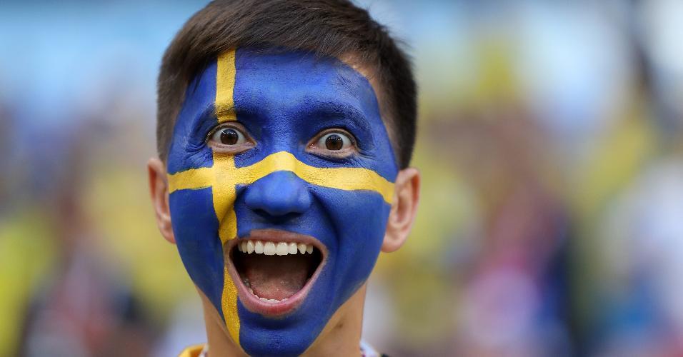 Torcedor com a bandeira da Suécia pintada no rosto