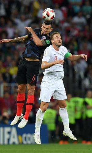 Dejan Lovren, da Croácia, e Harry Kane, da Inglaterra, disputam bola aérea