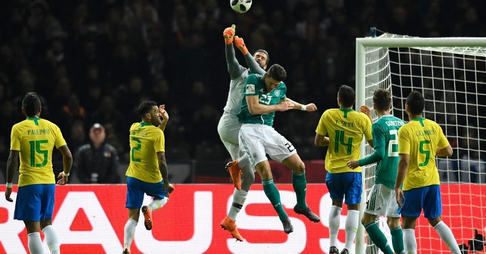 Alisson divide gom Mario Gomez uma bola alçada na área brasileira