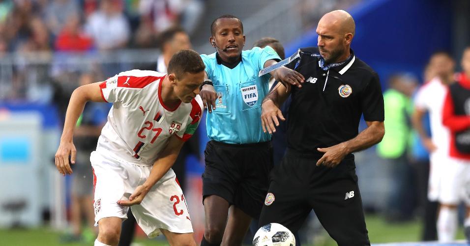 Confusão começou quando Matic tentou pegar bola da mão de auxiliar da Costa Rica