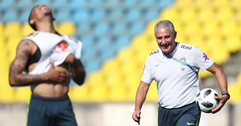 Gabriel Jesus e Tite dão risada durante treino da seleção brasileira