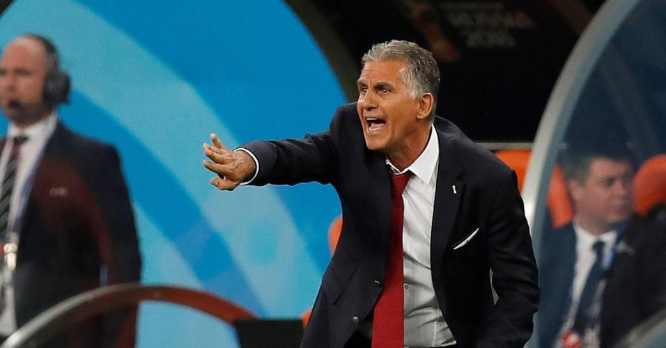 O técnico Carlos Queiroz orienta os jogadores do Irã em partida contra Portugal