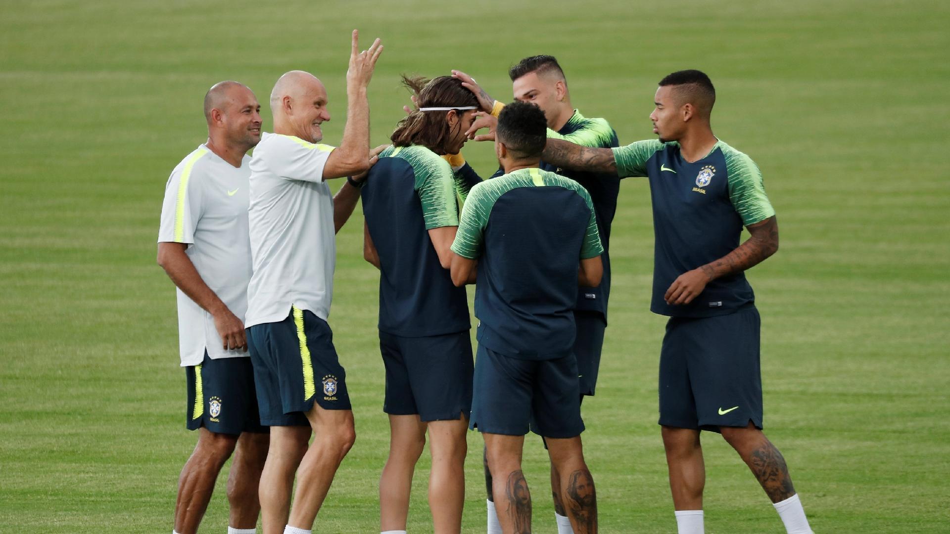 Filipe Luís recebe petelecos durante treino da seleção brasileira