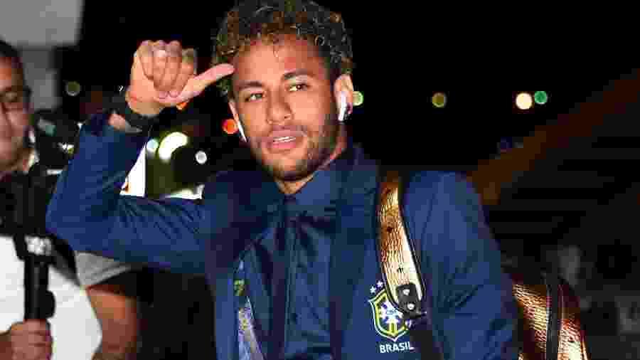 Neymar acena para a imprensa durante desembarque - Nelson Almeira / AFP