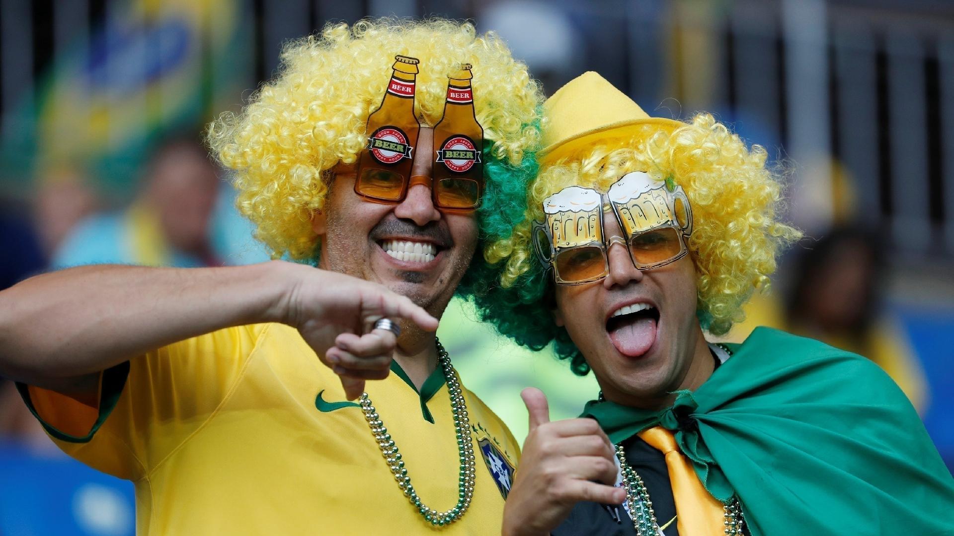 Torcedores comparecem fantasiados à estreia do Brasil