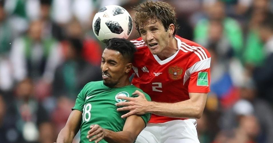 Mario Fernandes, da seleção russa, disputa bola com Salem Al-Dawsari, da seleção saudita