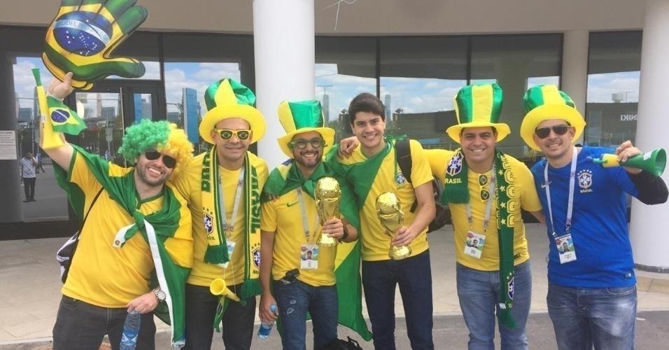Torcedores do Brasil no entorno do estádio Luzhniki em que se realizará a abertura da Copa