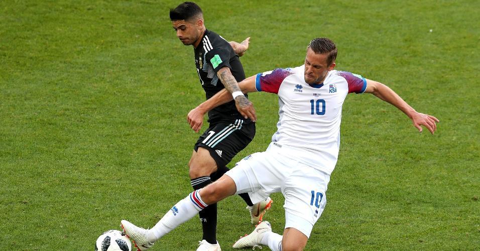 Gylfi Sigurdsson, da seleção da Islândia, disputa bola com Ever Banega, da Argentina