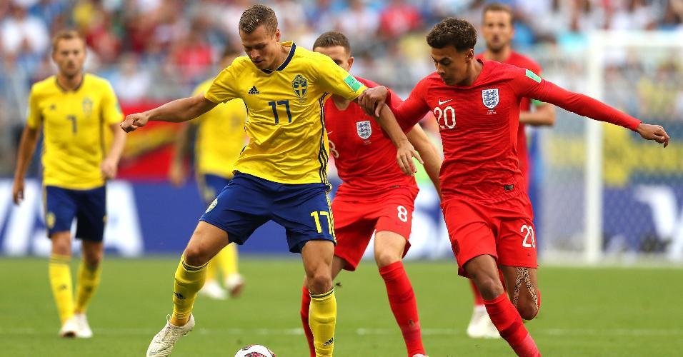 Viktor Claesson, da Suécia, é marcado por Dele Alli, da Inglaterra, no jogo entre as seleções