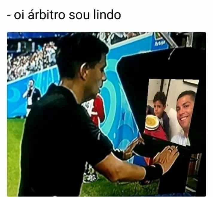 Meme de Cristiano Ronaldo com VAR