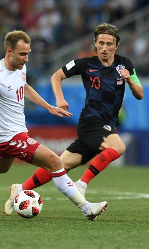 Christian Eriksen, da Dinamarca, é cercado por Luka Modric, camisa 10 da Croácia
