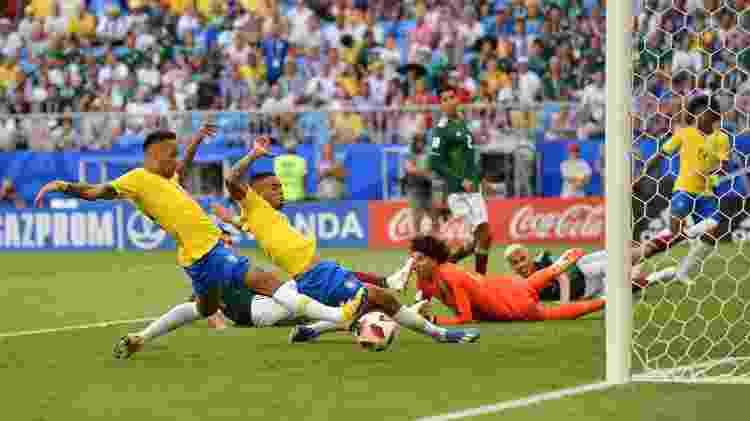 Neymar se atira para abrir o placar para o Brasil contra o México - Getty Images - Getty Images