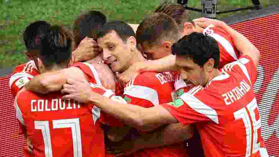 Jogadores da seleção russa comemoram gol sobre a Arábia Saudita na abertura da Copa do Mundo em 2018 - MLADEN ANTONOV/AFP