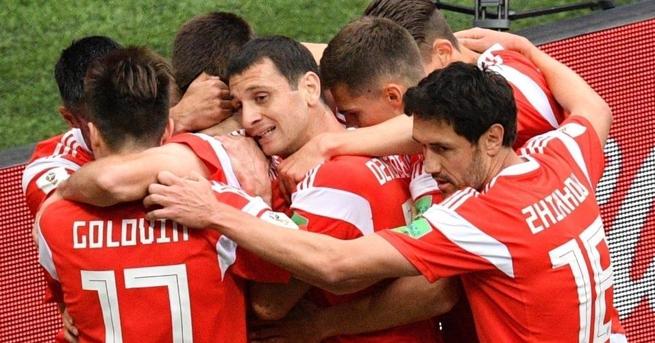 Jogadores da seleção russa comemoram gol sobre a Arábia Saudidta