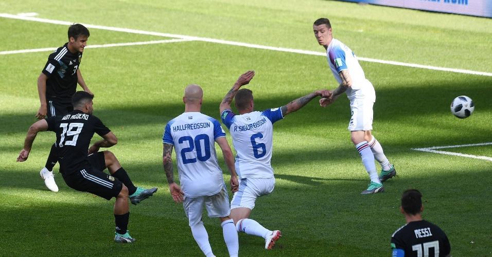 Sergio Agüero chuta forte e abre o placar para a seleção da Argentina em jogo contra a Islândia