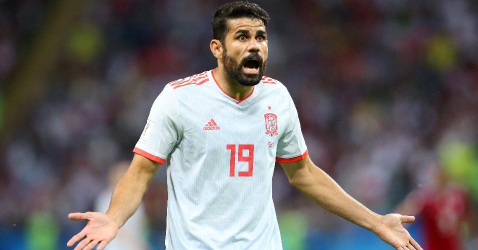 Diego Costa reclama com árbitro após confusão no jogo entre Irã e Espanha