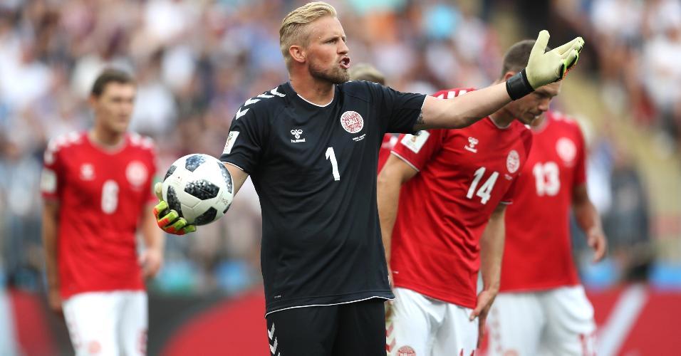Goleiro Kasper Schmeichel, da Dinamarca, em ação no primeiro tempo