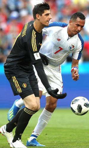 Goleiro da seleção da Bélgica, Courtois repõe a bola em jogo contra o Panamá